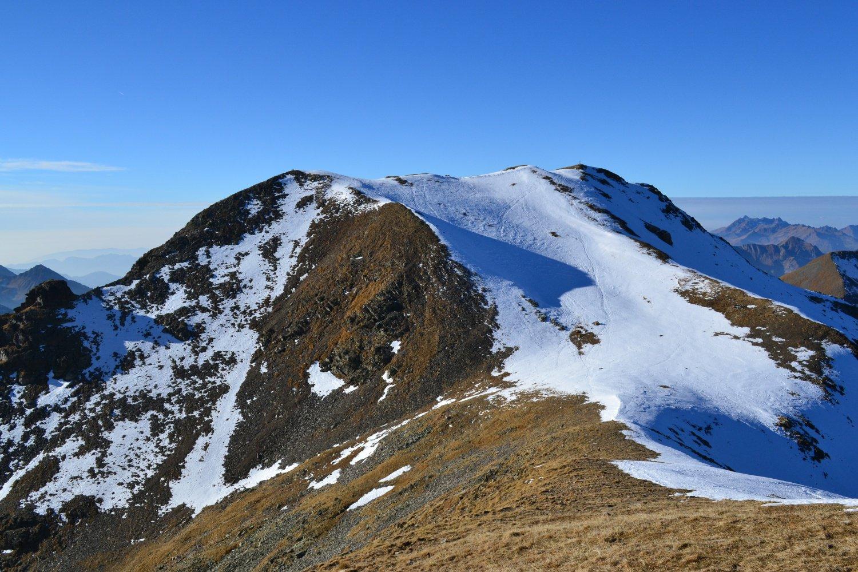 Monte Masoni con la cima a destra (croce) e l'anticima a sinistra (ometto)