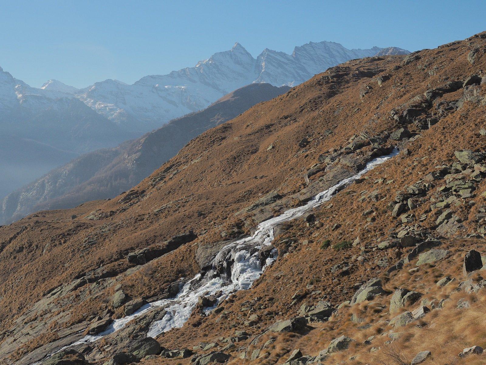 Salto d'acqua parzialmente ghiacciato