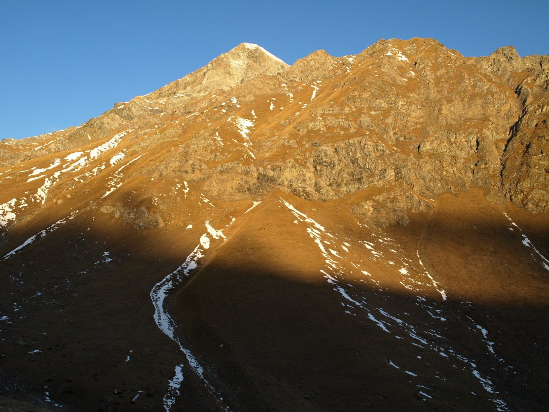 Il sole inizia ad illuminare i monti