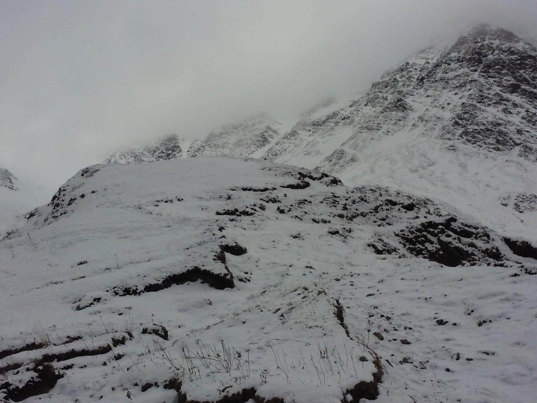 In centro, appena usciti dalle Barricate, il bivio (poco visibile sotto neve) fra il sentiero che risale il vallone e quello che scende al torrente.