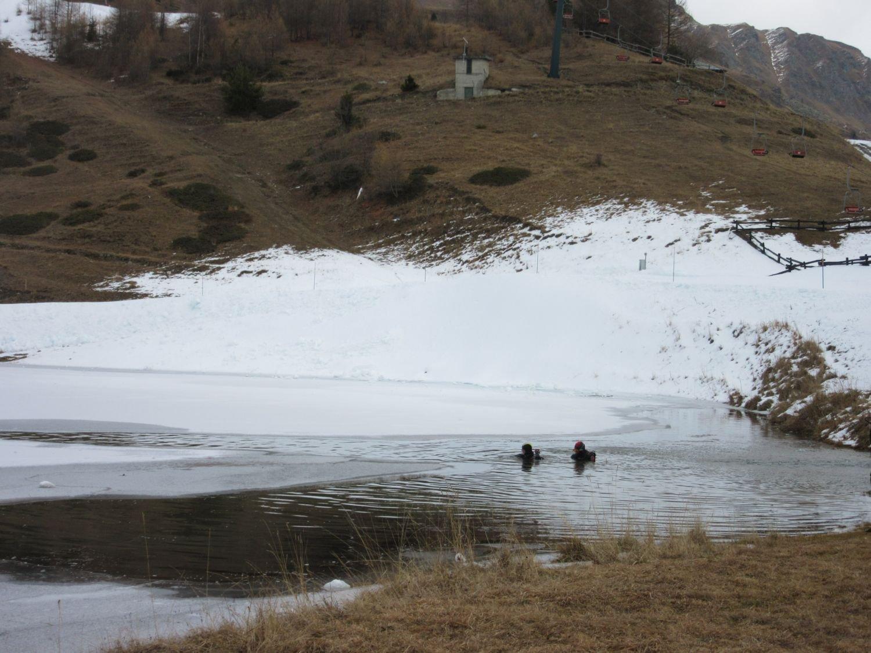 Qualcuno non sente il freddo: sommozzatori al lago di Lod