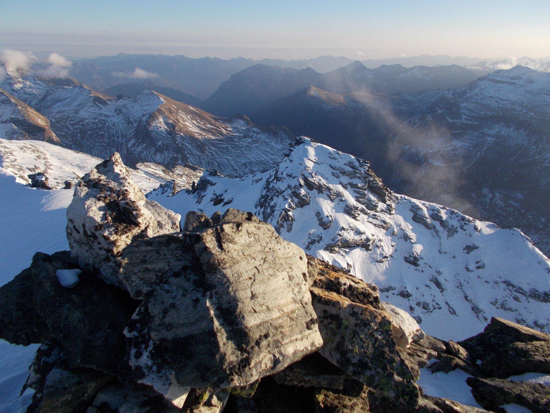 Sempre dall'Hillehorn vicinissimo di fronte il Mottiscia e dietro (non in vista da qui)..l'Alpe Veglia..