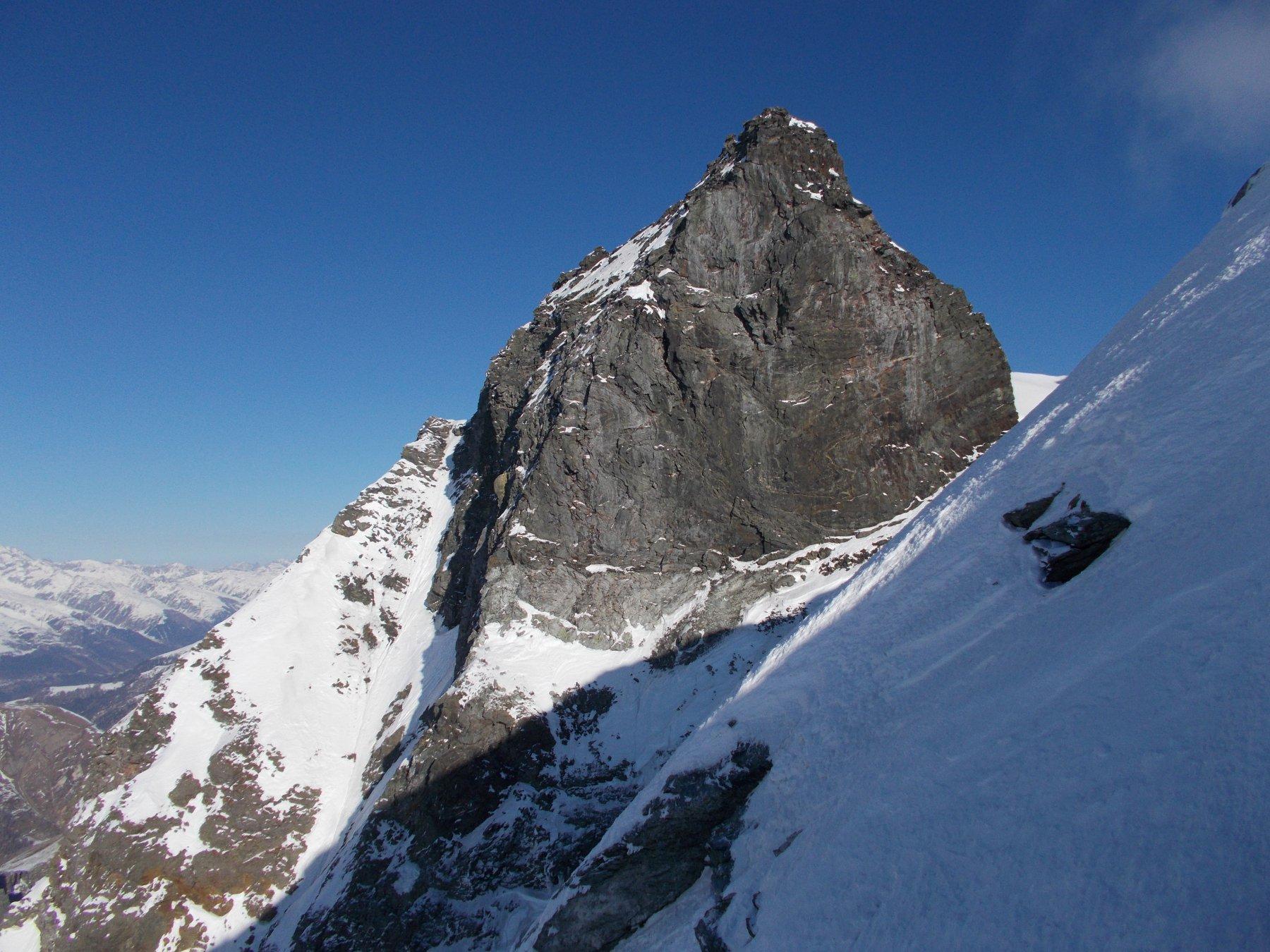 l'Hillehorn roccioso e sinistro subito si nota sulla dx..appena sbucati in cresta..