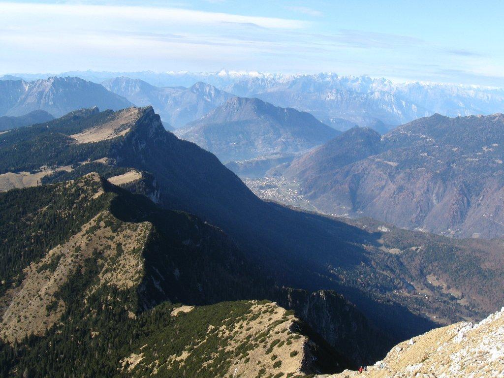 panorama verso Cima Larici, Valsugana e i ghiacciai Adamello e Presanella