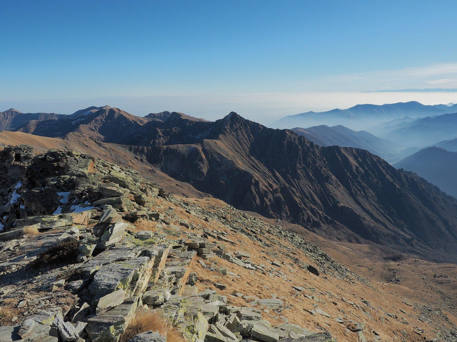 Uno sguardo verso la Bellavarda e le Valli di Lanzo dalla cima