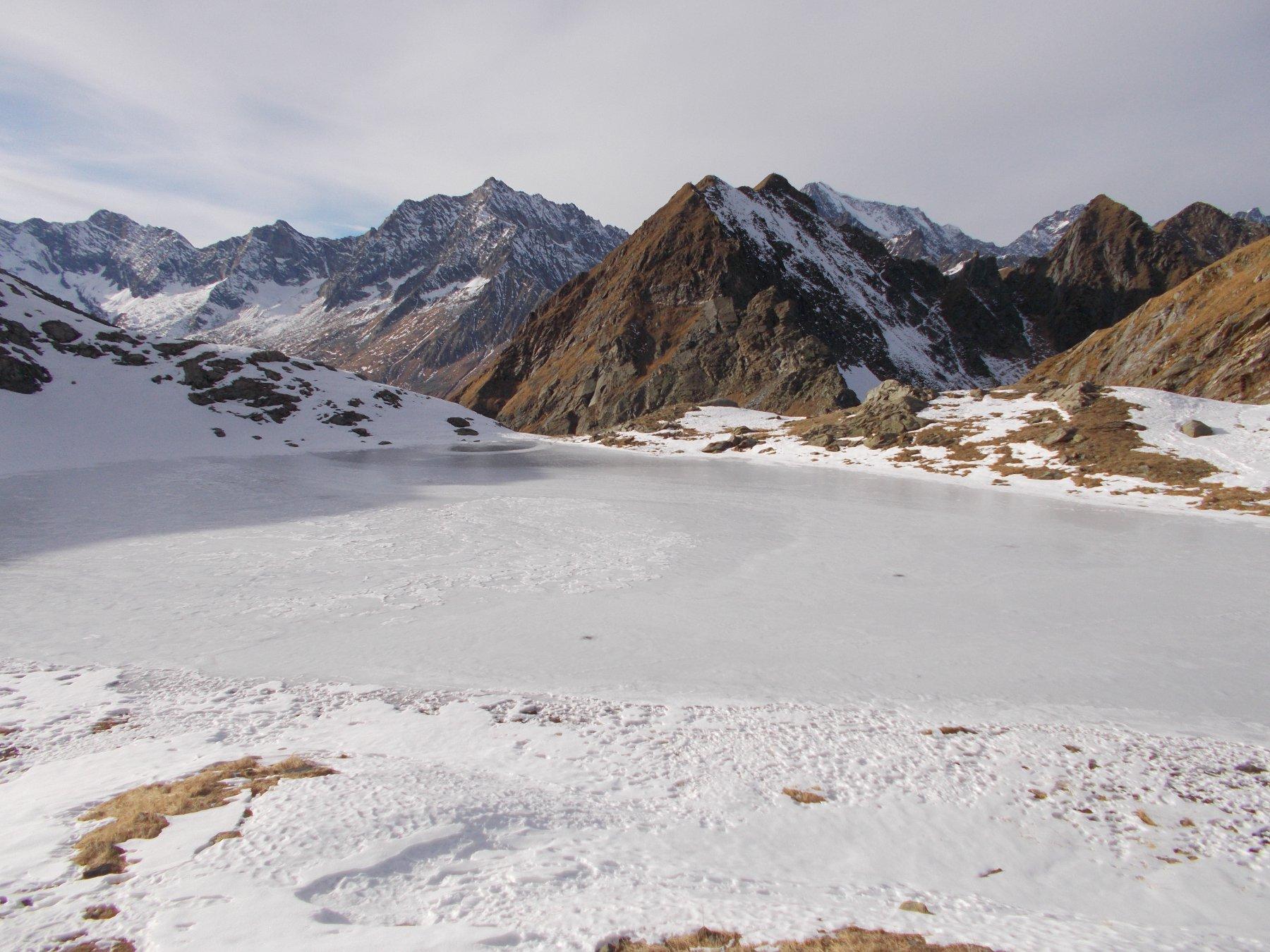 al centro il Pizzo d'Andolla seminascosto a dx la Weissmies dal lago di Pianei..ormai ghiacciato..