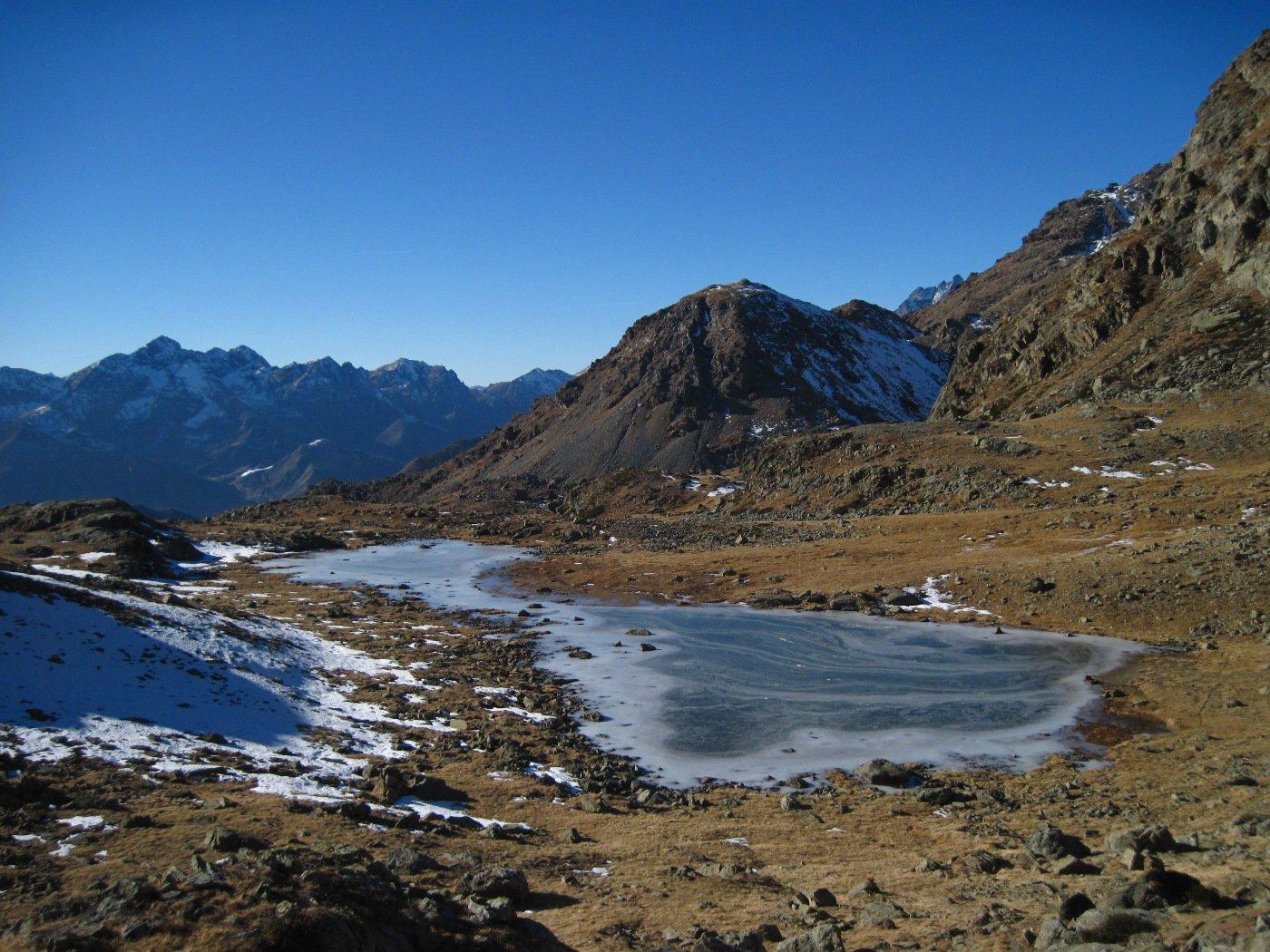 Strane forme del lago e del ghiaccio