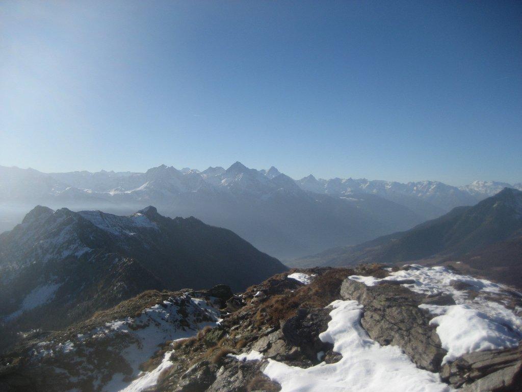Becca d'Aver e cresta nord fino al col Fenetre fotografati dalla cima del Meabè