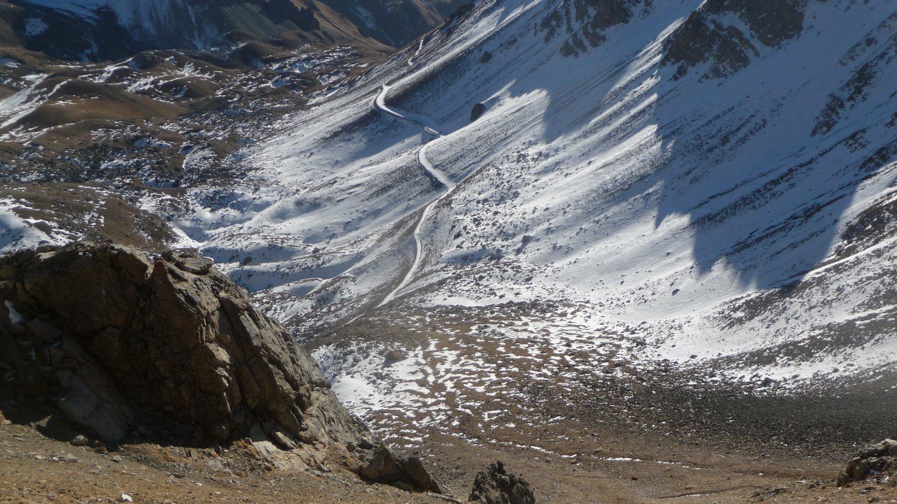 la strada innevata in prossimità del bivio a 2510 m.
