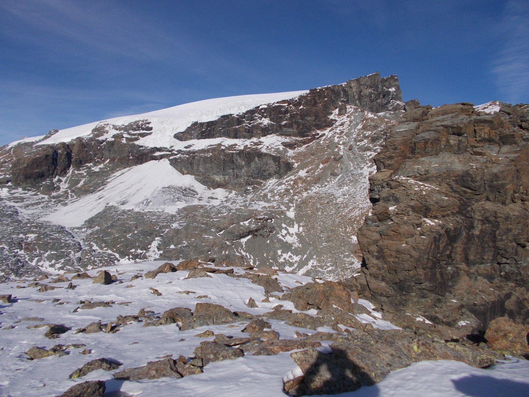 sfondo..la Gobba di Rollin a dx vicina l'austera Rocca di Verra..dall'anticima sud..3088m..