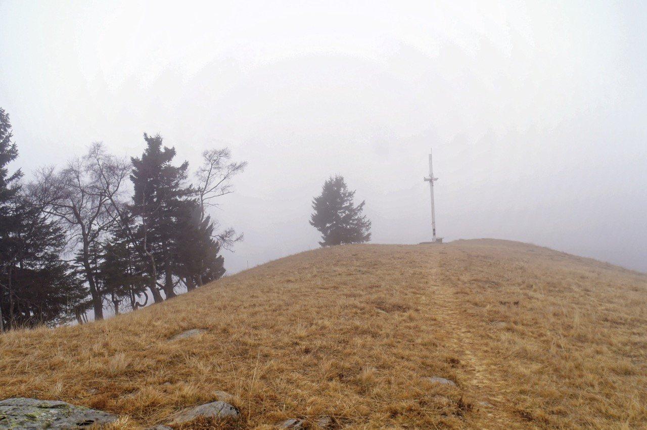 Croce della cima con nebbia