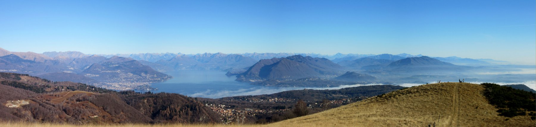 Vista sulla terza cima delle TRe Montagnette e sul Lago Maggiore