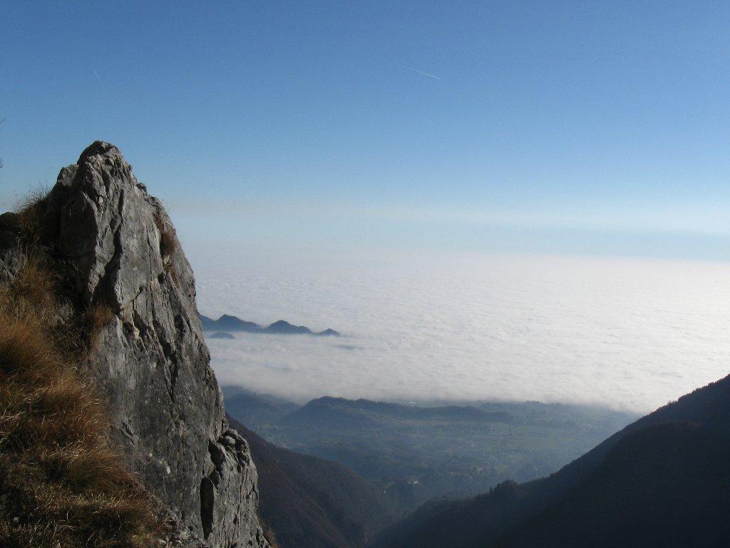 mare di nebbia e smog sulla pianura