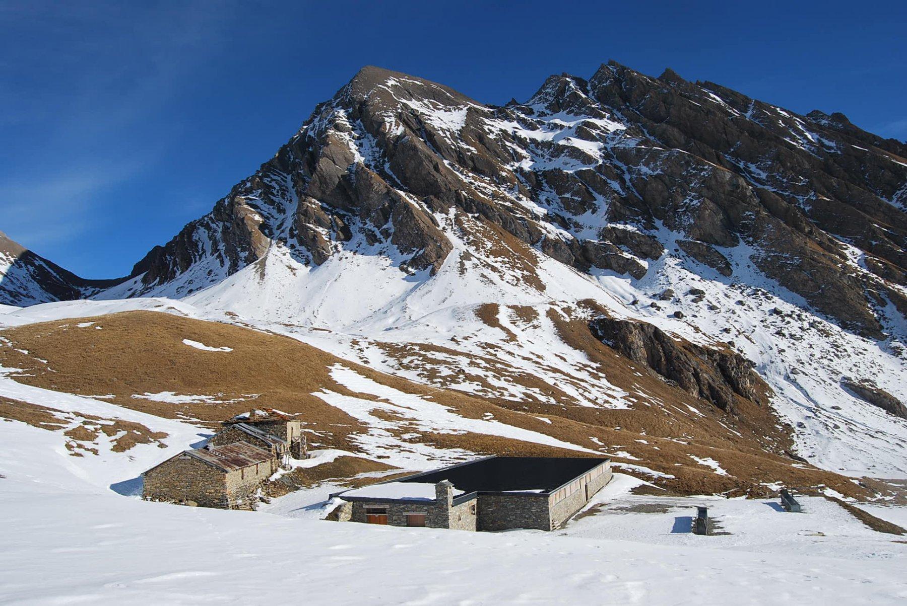 Gli Alpeggi del Berrio Blanc con il Berrio Blanc ed il suo colle sullo sfondo.