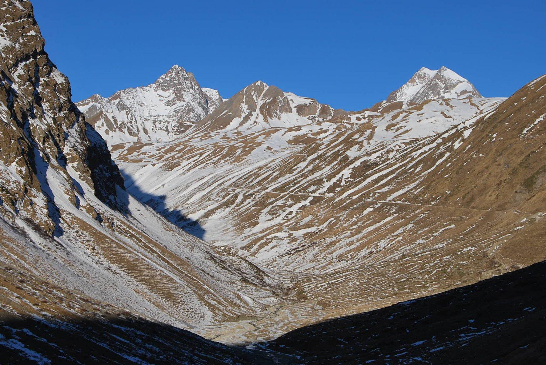 Si entra nel vallone. Da sinistra: Aig. Glaciers, Mont Perce, Trelatete