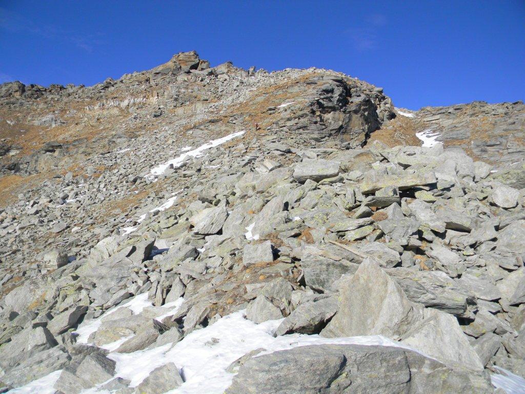 da metà dorsale/cresta il roccone sommitale della cima della Piccola.
