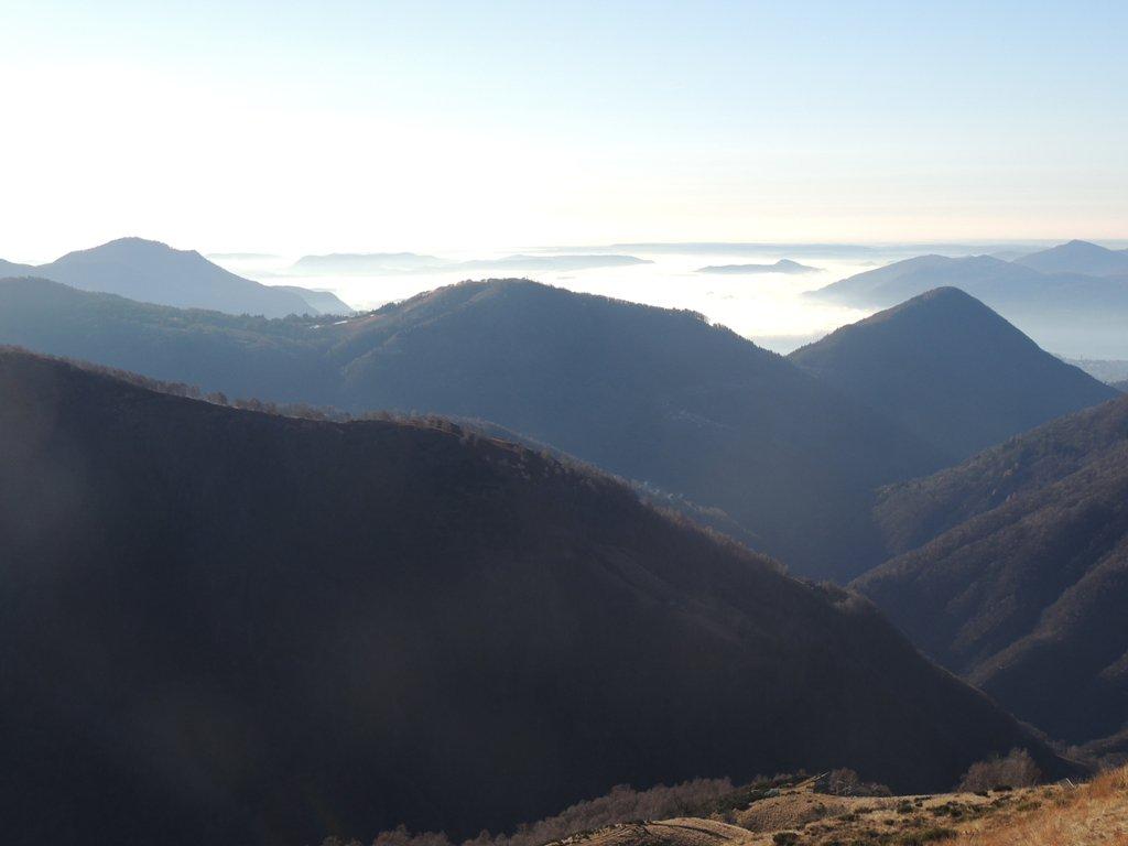 Il lago Maggiore avvolto dalla nebbia
