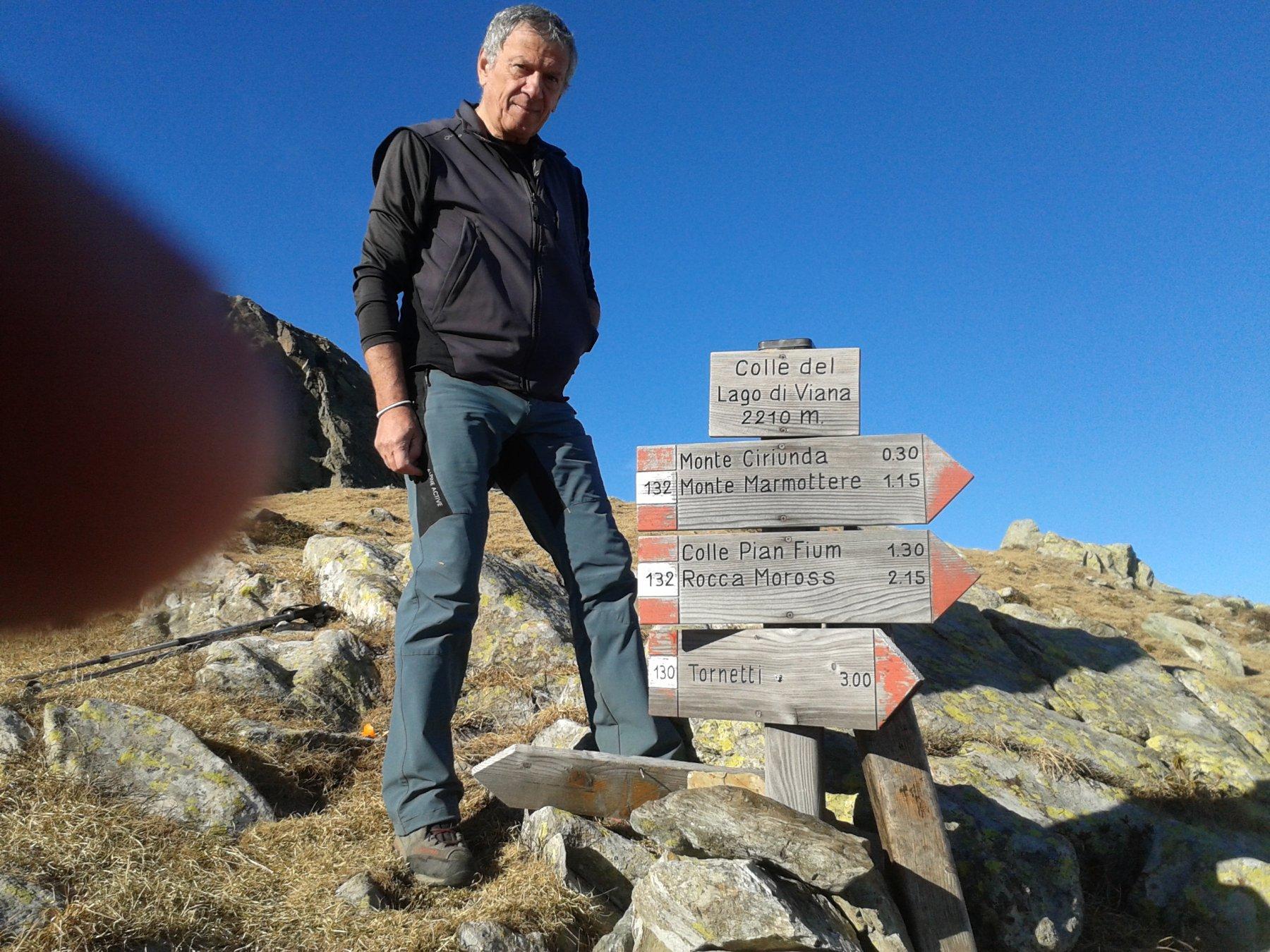 Pippo ed il cartello riposizionato al colle del lago di Viana