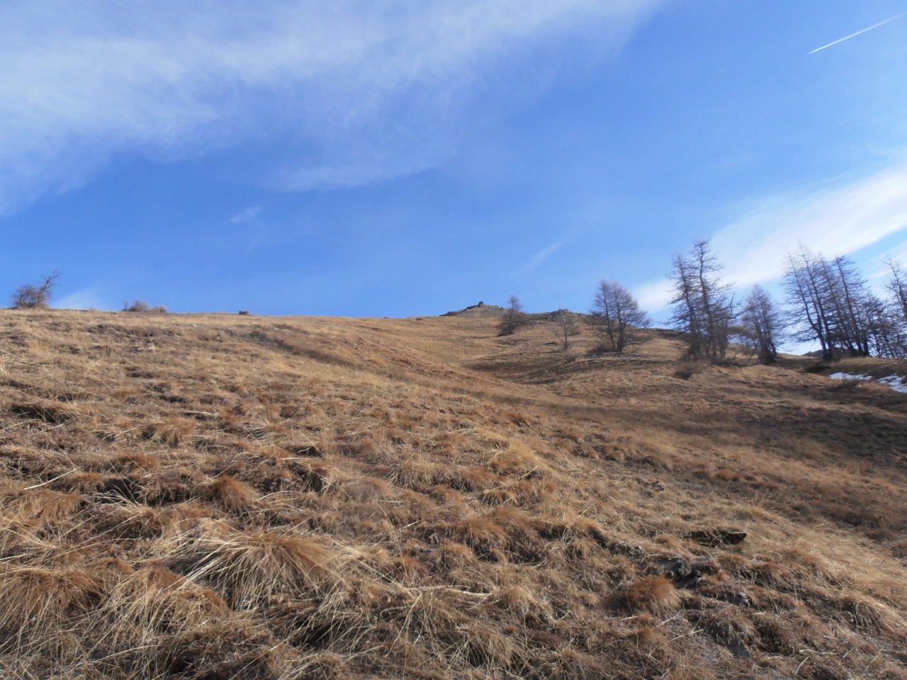 05 - praterie basse, mirare al grande ometto di pietra lungo la cresta