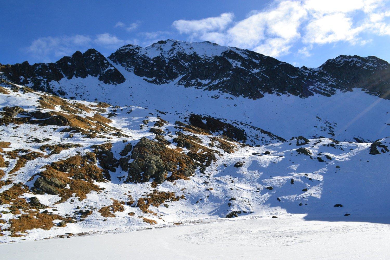 il Montalto visto dal lago inferiore. Sulla sinistra è visibile il canale di discesa