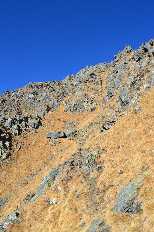 il sentiero aggira la cresta verso sinistra