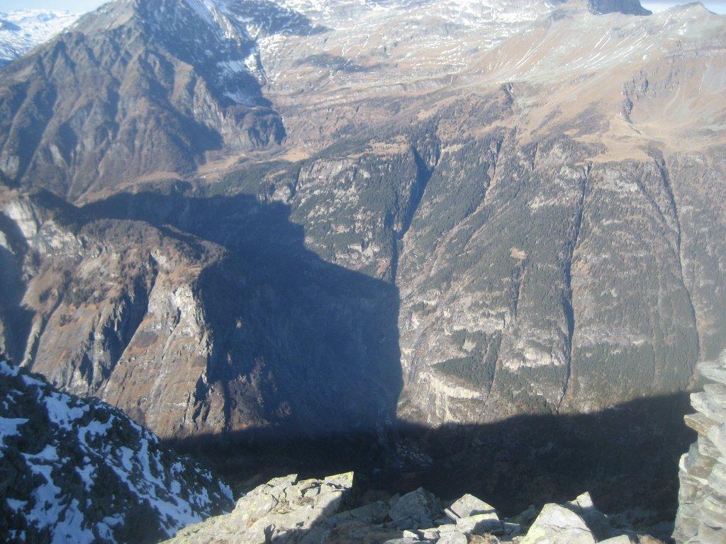 vista su Gondo (in ombra, 1750 m sotto) dalla cima