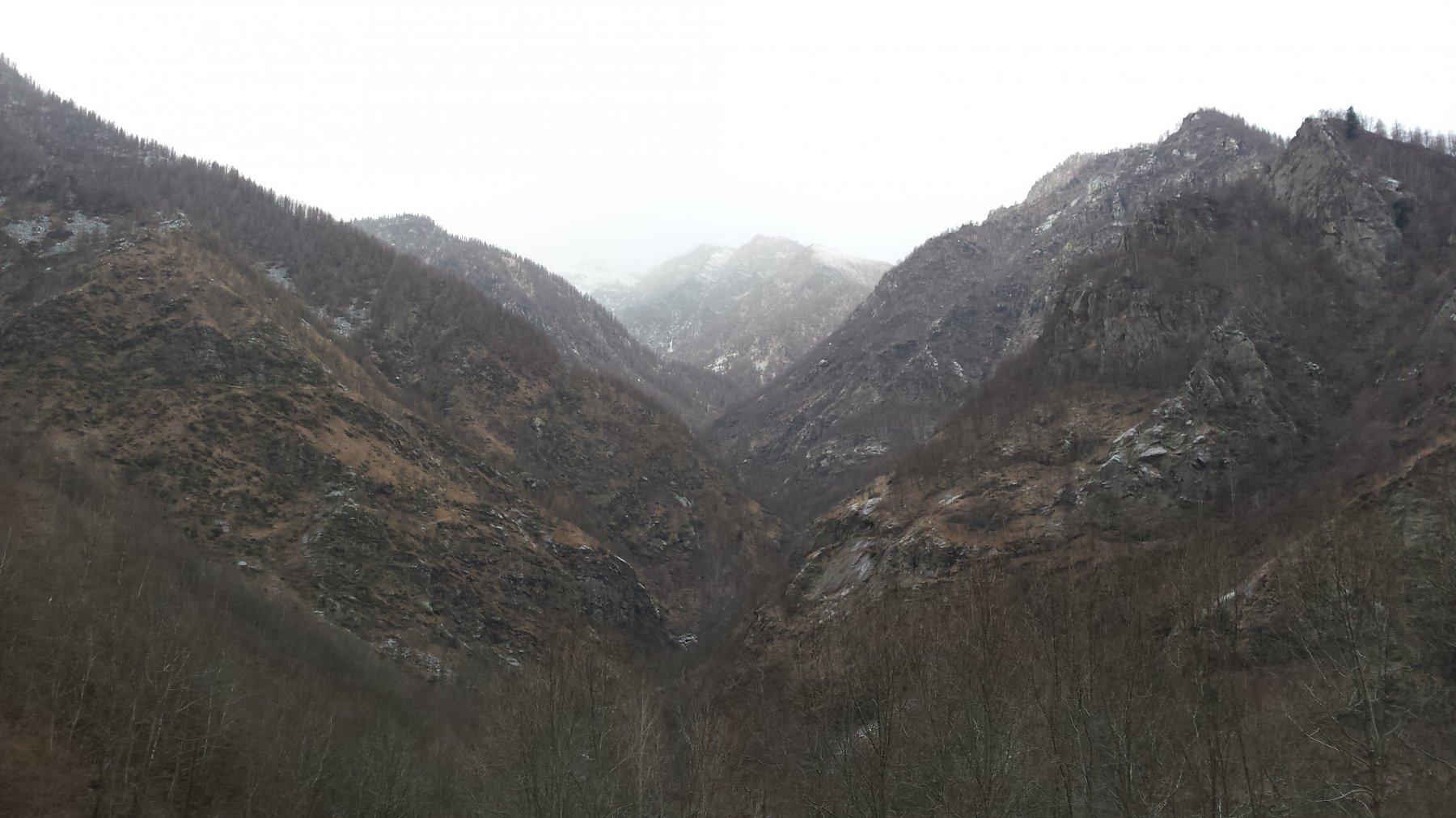 Il vallone che parte dalla borgata di Roccia Linsard con la cascata sul fondo a sinistra