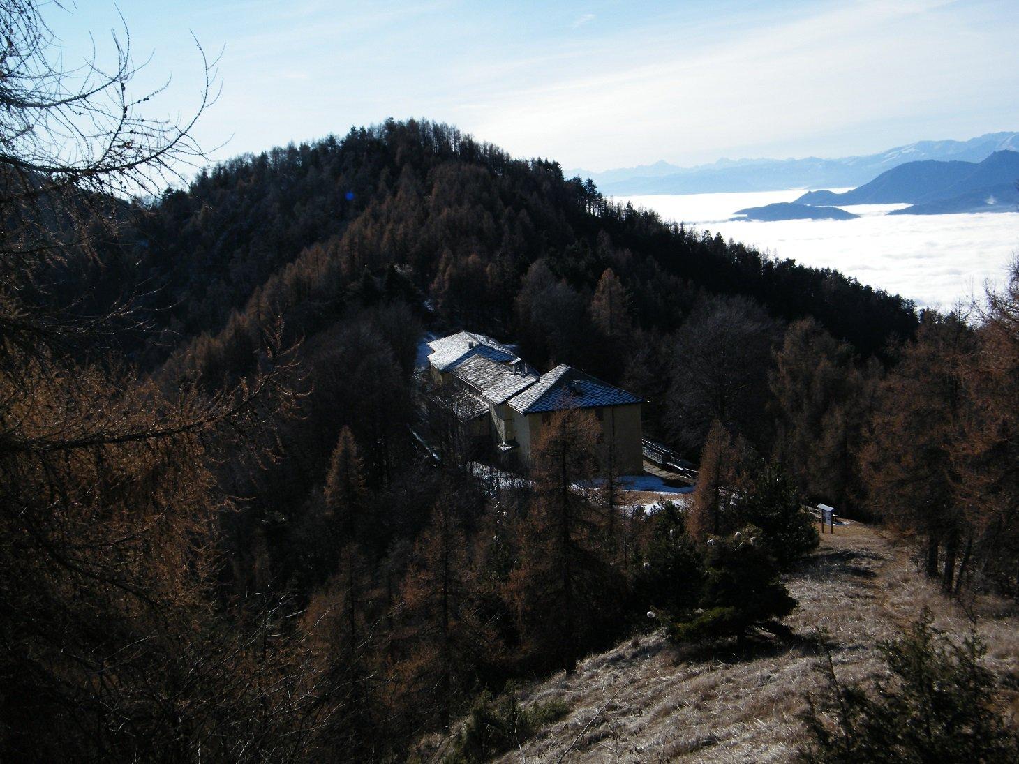 Il complesso del Santuario visto salendo verso il M.te Arpone