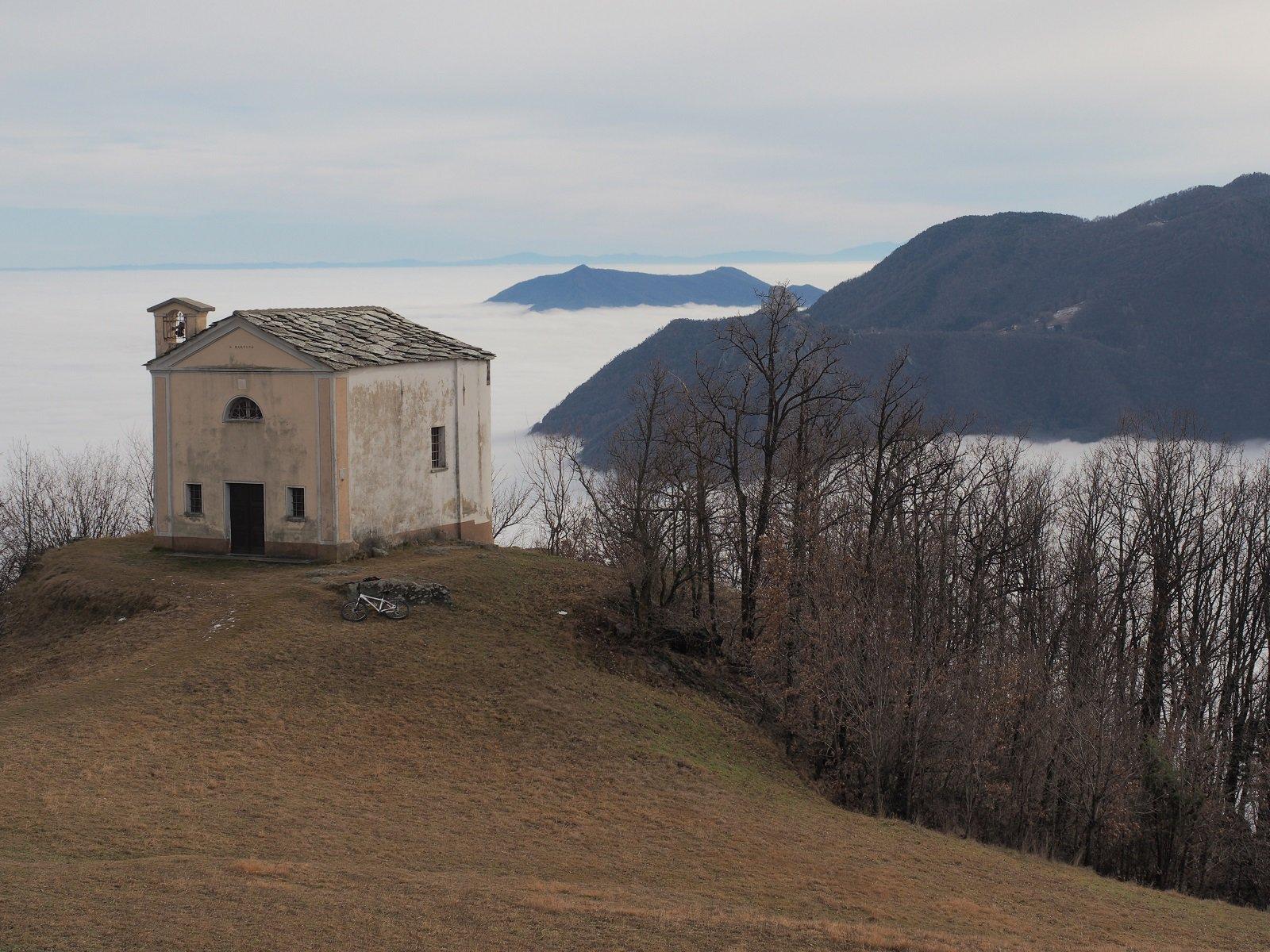 La bella chiesetta con la valle sullo sfondo (e la nebbia...)