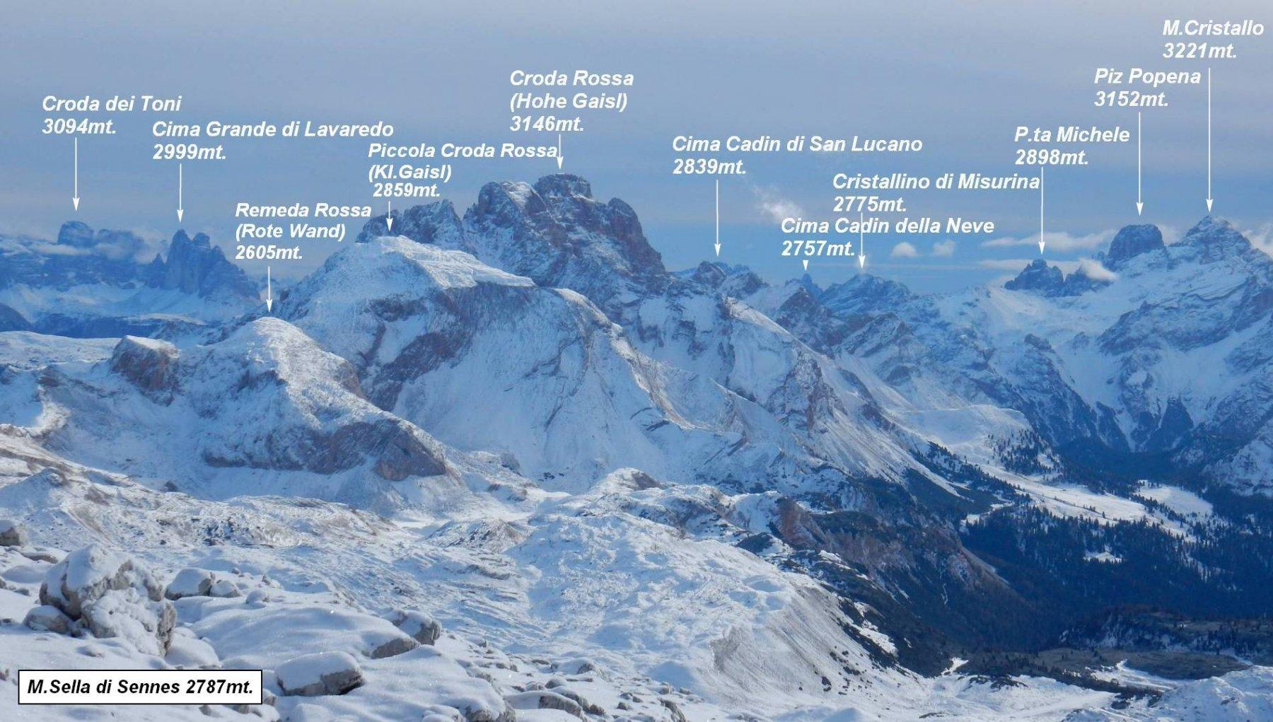 Zoomata panoramica sui alcuni 3000 delle Dolomiti.