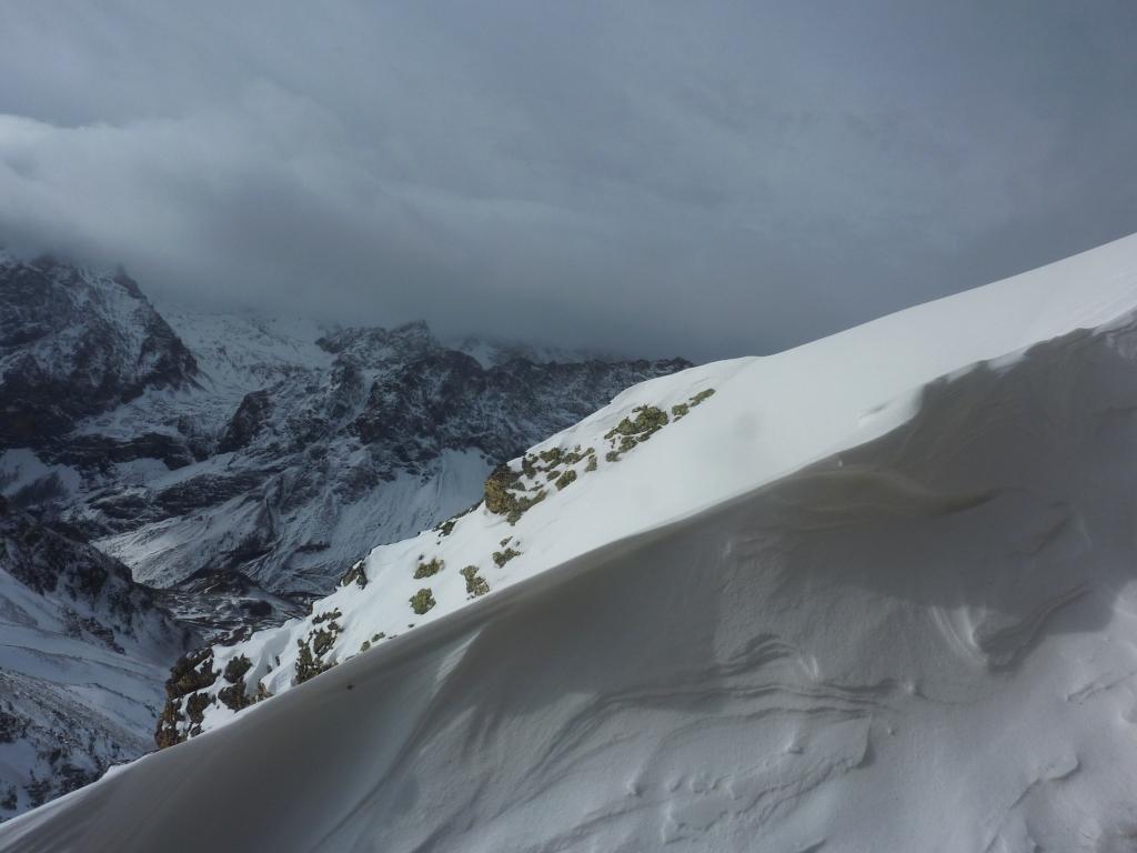 lenzulo di neve sotto le prime rocce dell'Albrage, guardando in direzione Chambeyron