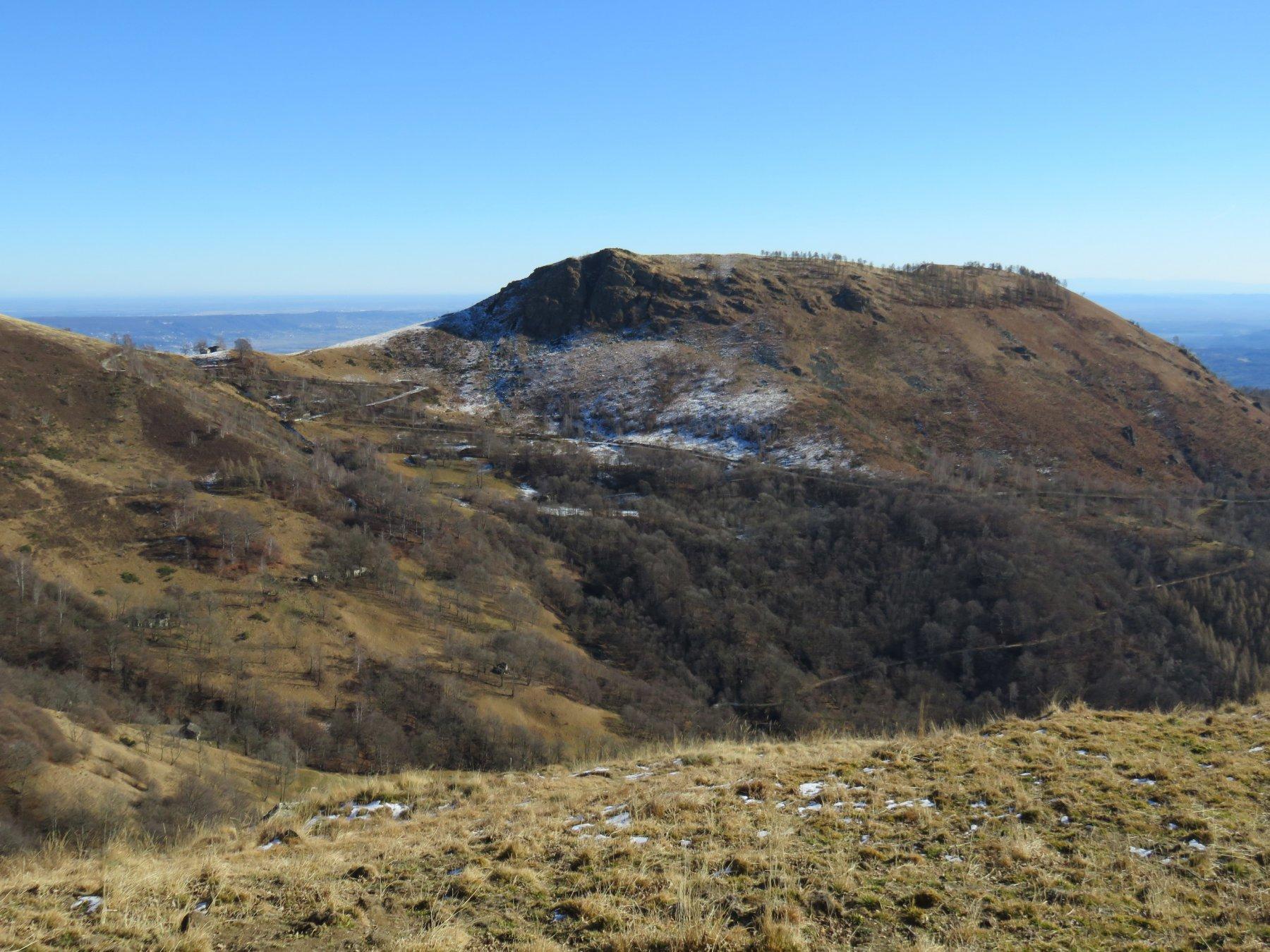 Il Monte Calvo, visto dal fondo del piano di Vasivrezza