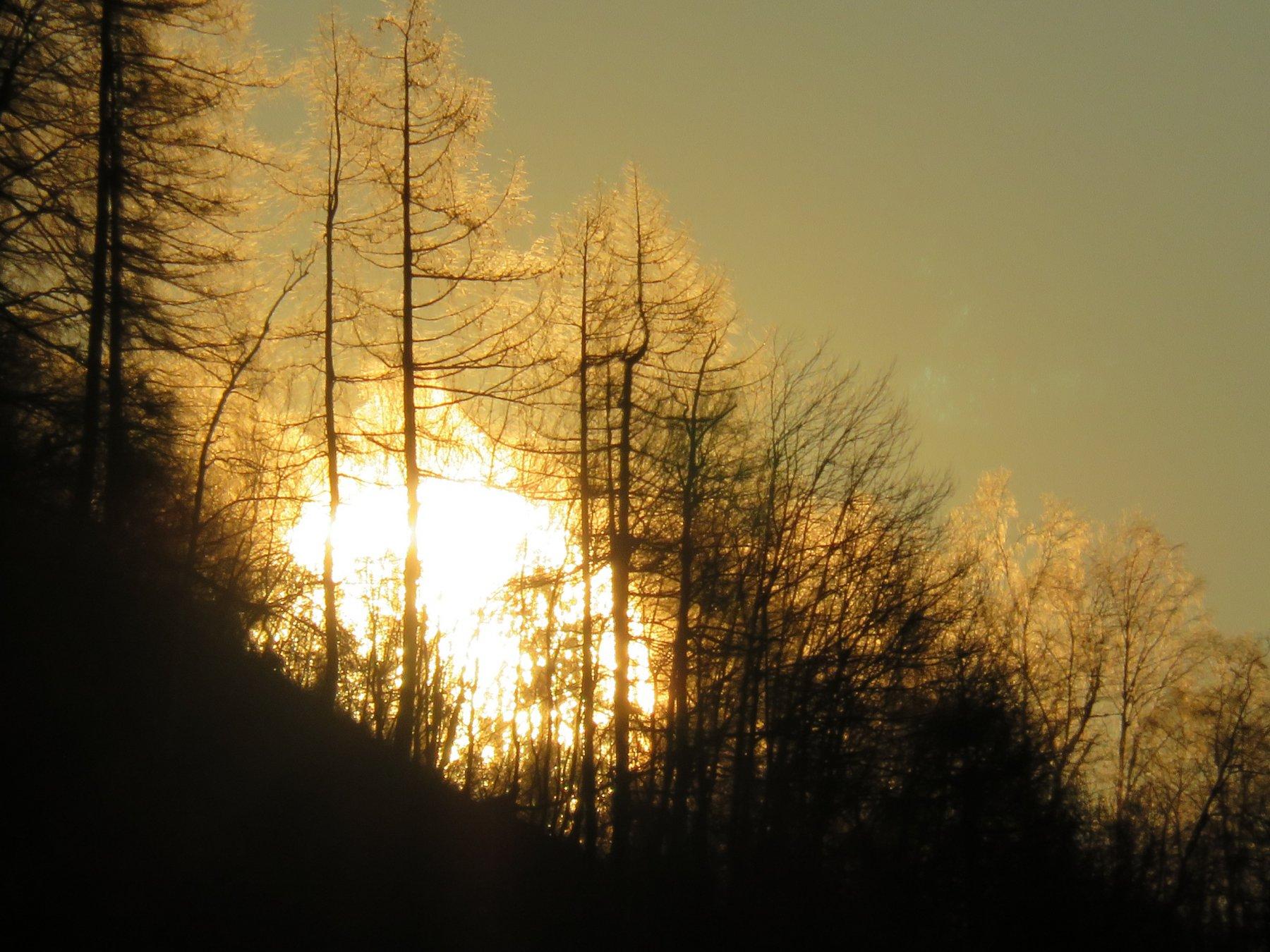 Zoom sul sole che sbuca dalla cresta sud del Monte Calvo