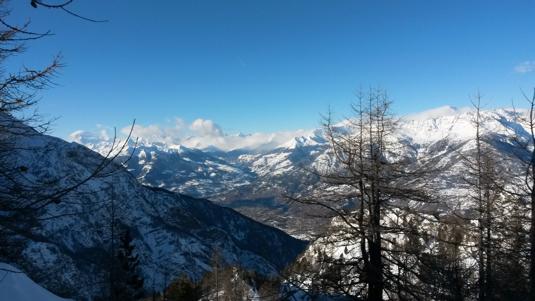 Quasi sotto il Mont Roux: si vedono Aosta e il Monte Bianco