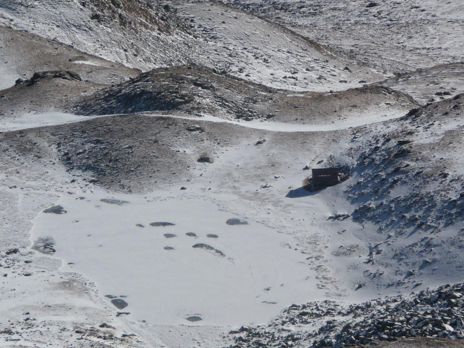 dalla cima: il lago di Luca con a destra il rifugio