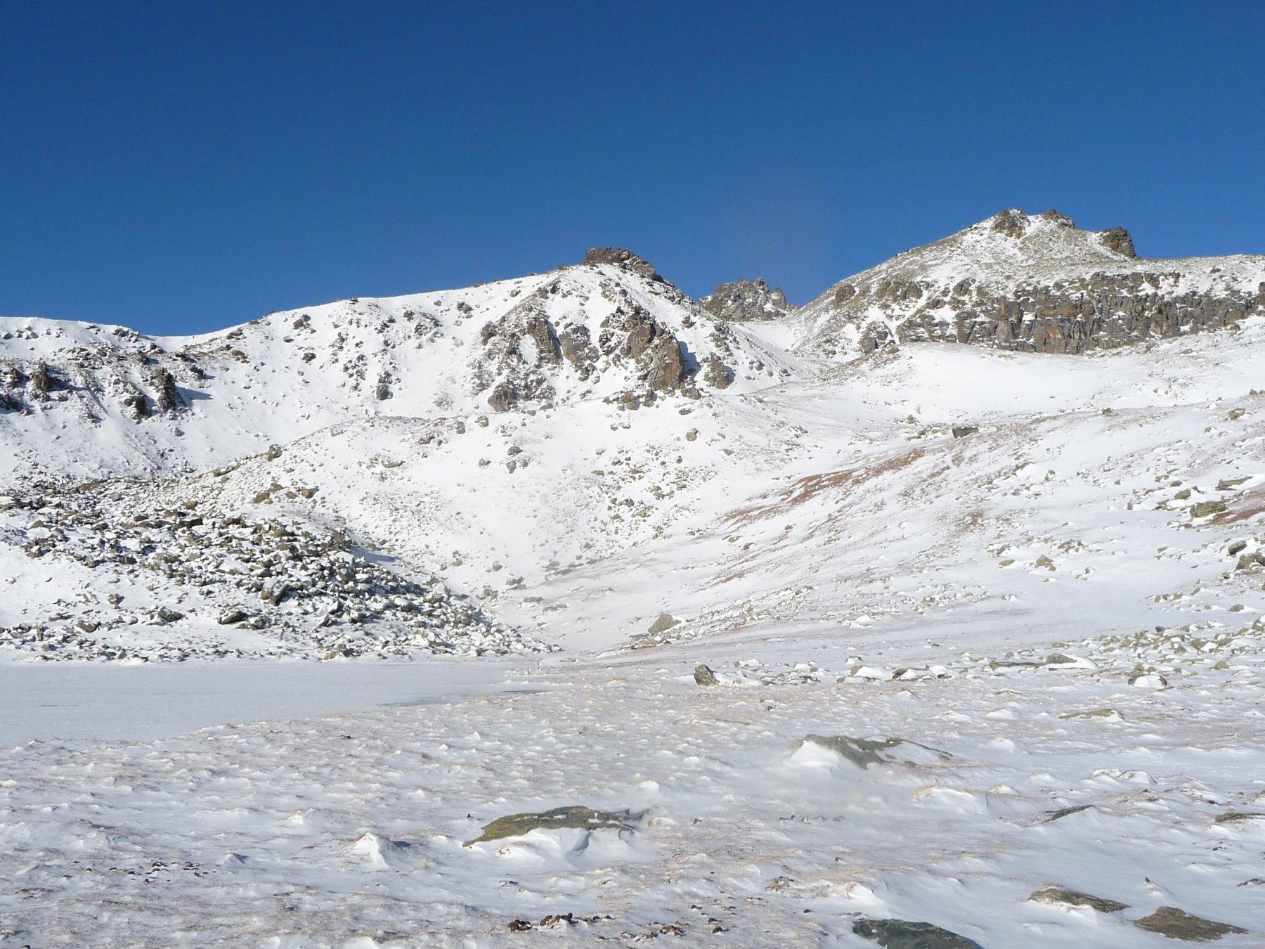 le Guglie dal lago di Luca: a sinistra la cresta sud, a destra la est