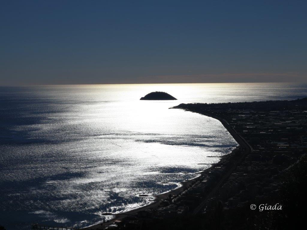 La Gallinara spunta dal radioso mar Ligure