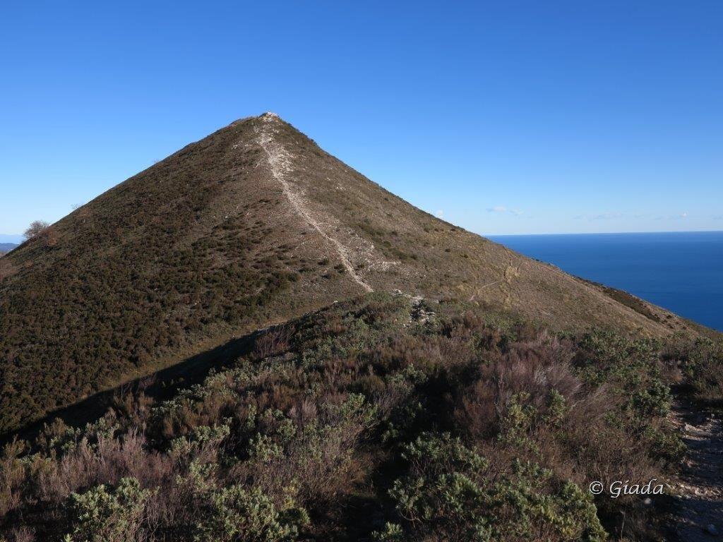 Il Monte Croce, a destra il sentiero che taglia il fianco sud da dove sono scesa