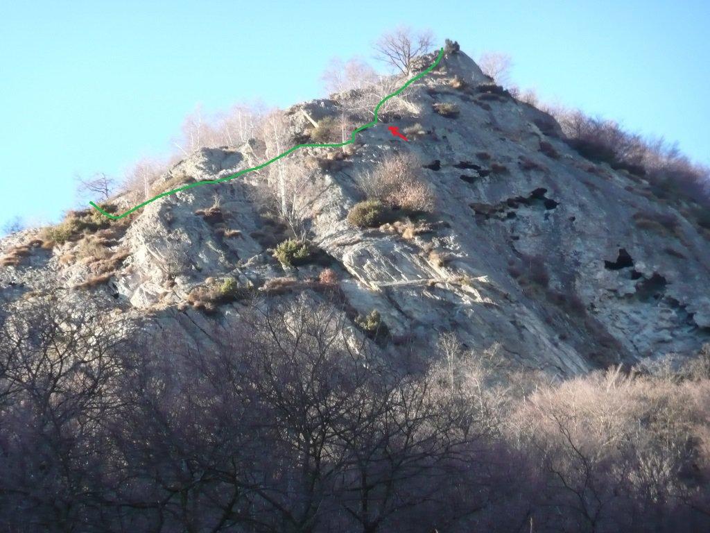 La sommità della piramide bucata, la freccia rossa indica l'albero visibile in altra foto