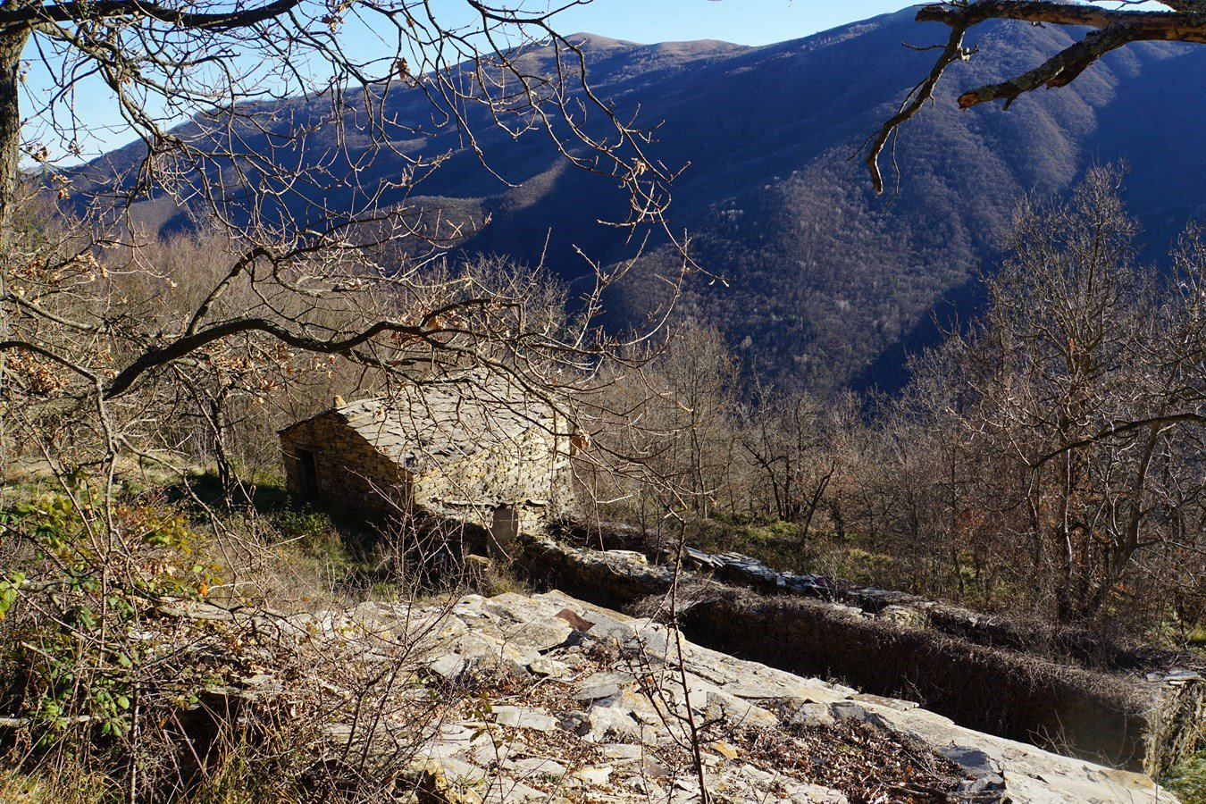 vecchi insediamenti ...baite di pietra