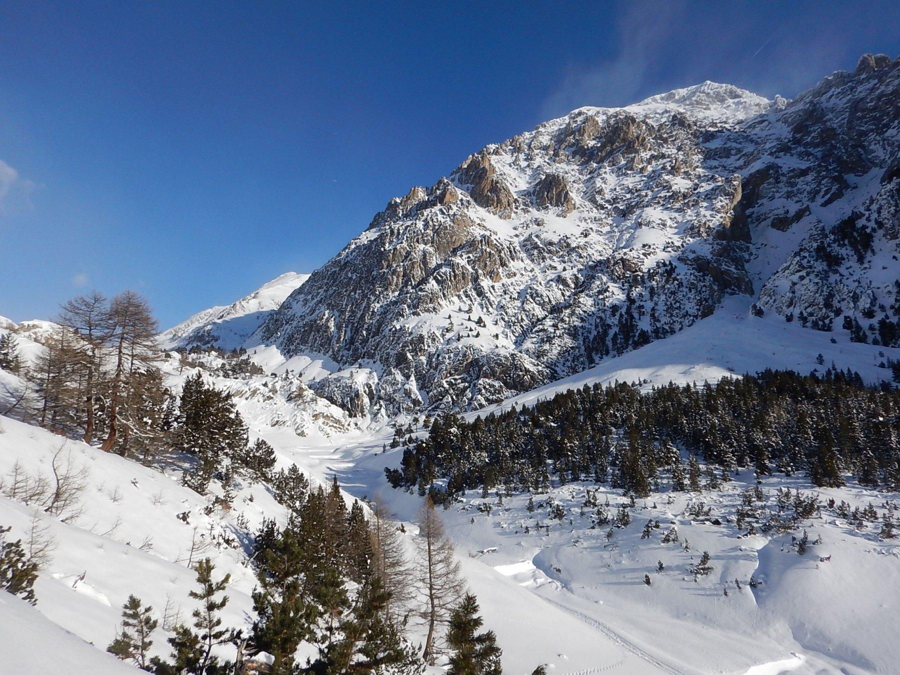 Il vallone di salita, poco dopo Claviere, sullo sfondo lo Chaberton invernale