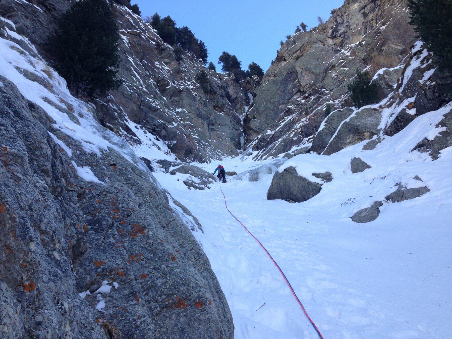 Il pendio di neve dopo il primo tiro: presenti due soste per calata scendendo sulla destra