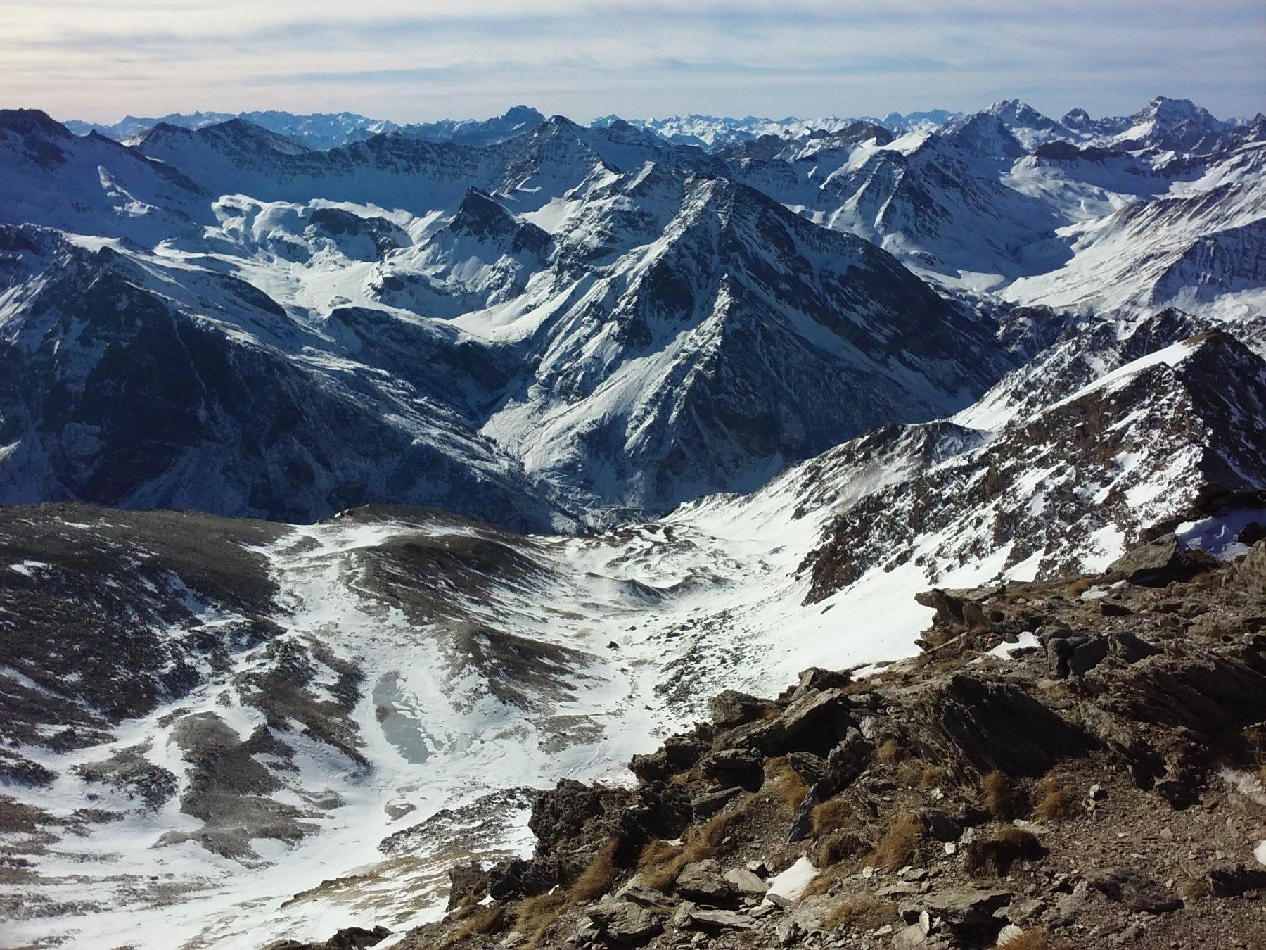 Dalla vetta: il vallone di salita e, dietro, il grandioso vallone di Traversagn, con la rocca Marchisa nell'angolo sinistro.