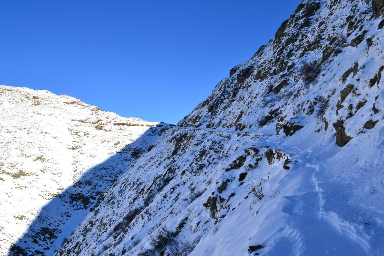 l'ultimo tratto di sentiero lungo la parete ovest del Monte Colombana