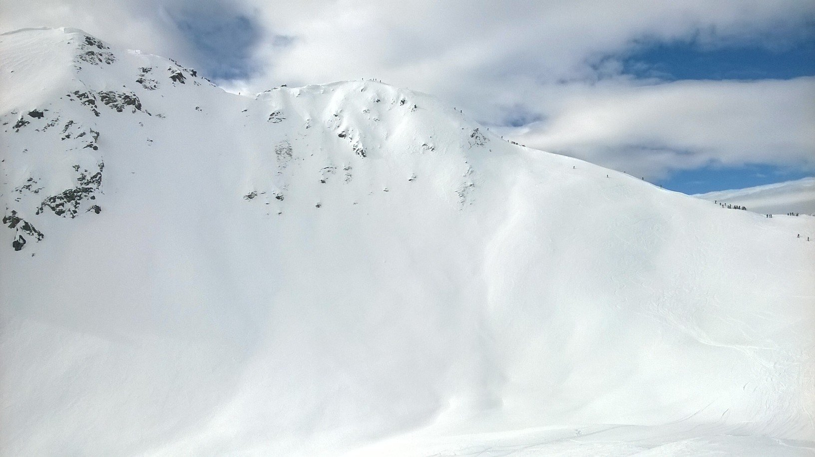 Una grossa cornice e tanta gente sulla cresta del Flassin