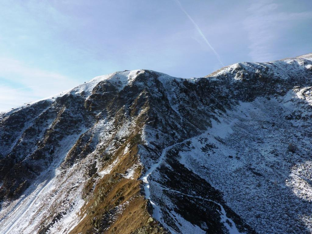 sguardo dalla cresta del Becco Rosso, verso la Bassa Sovrana di Margheria, in alto il forte Giaura