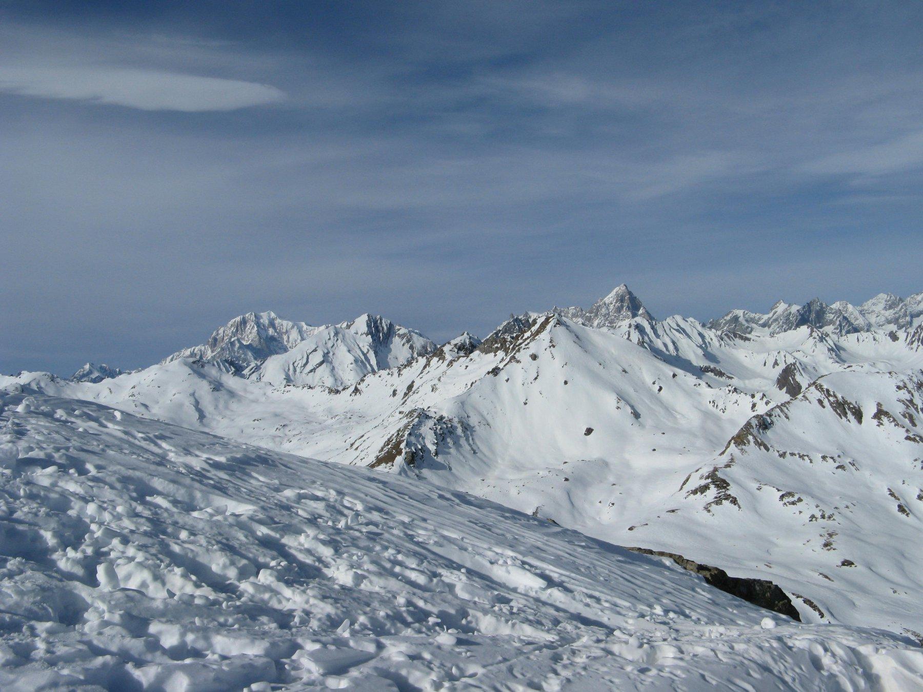Panorama su Bianco e Jorasses da poco sotto la cima