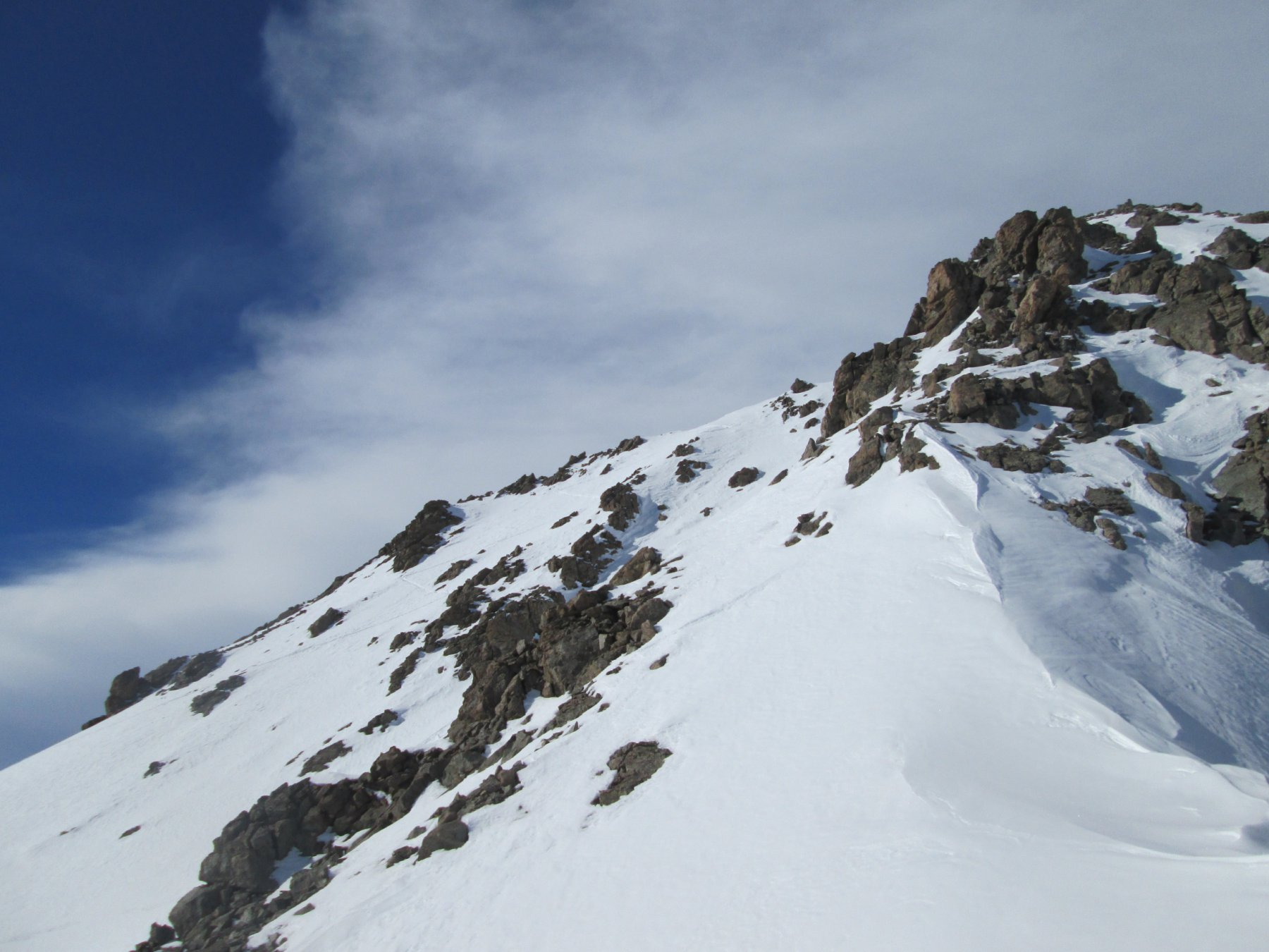 Tracce che proseguono verso la cima, dal colle
