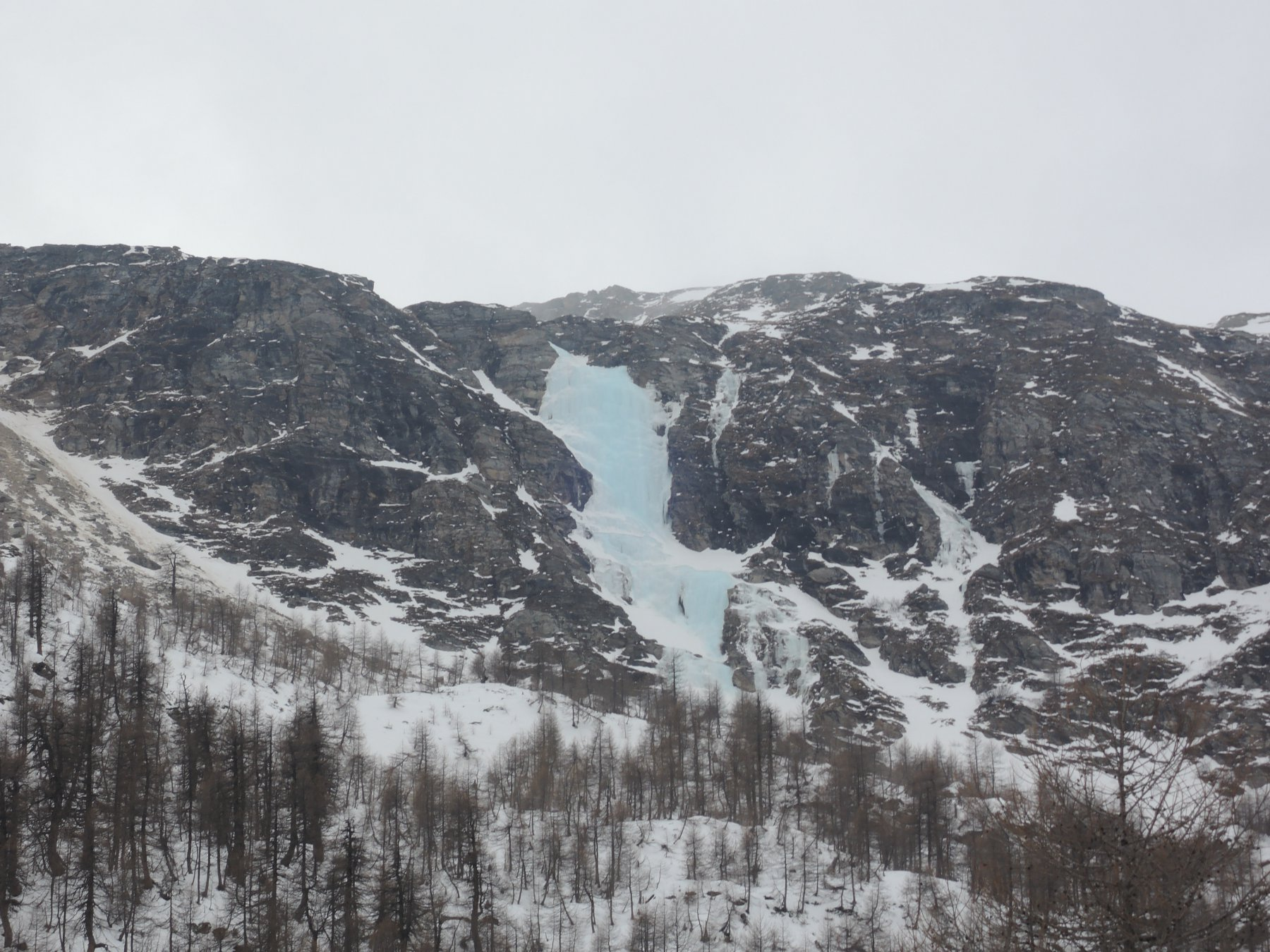 Cascatone del Curnasel con un bel ghiaccio azzurro visto da Alp Grüm