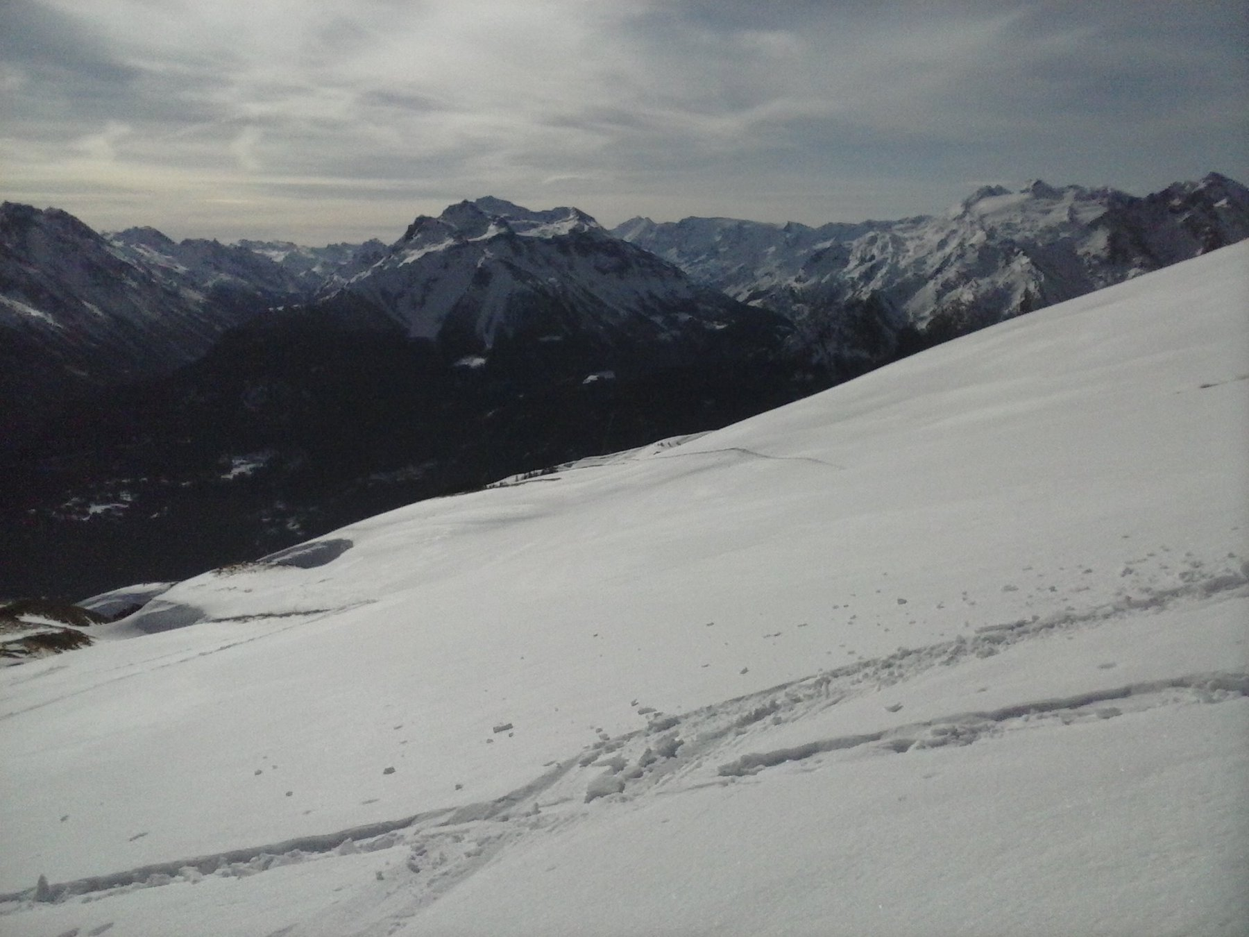versante di discesa  ampio  con neve intonsa...